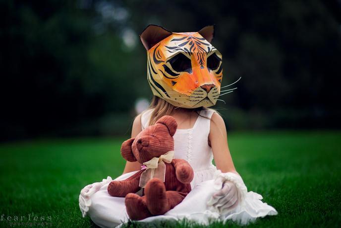 Un exemple de masque peint en forme de tête de tigre